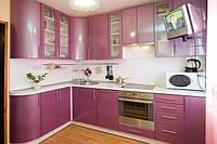 Розовая угловая кухня с гнутыми элементами