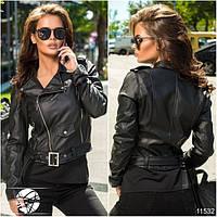 Женская короткая куртка косуха из экокожи черного цвета на молнии. Модель 11532.