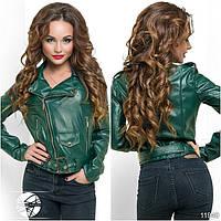 Молодежная короткая куртка-косуха темно-зеленого цвета на молнии. Модель 11940.