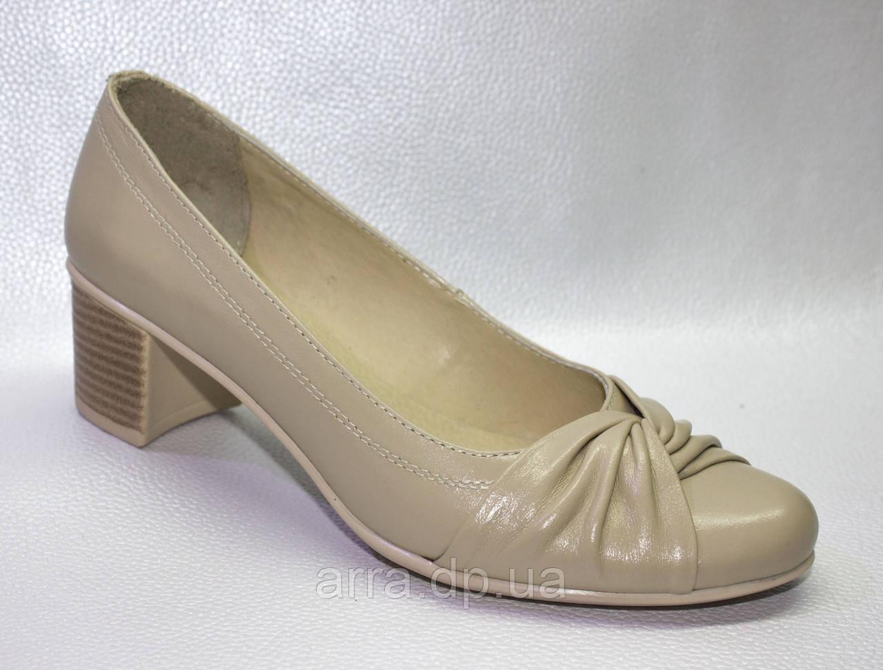 Бежевые туфли классика.