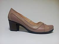 Кожаные туфли женские весение на каблуке бежевого цвета