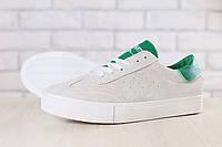 Женские кеды, замшевые, песочного цвета, с кожаными вставками зеленого цвета, на белой подошве, на шнурках