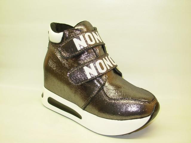 00b89b35 Сникеры, Sneakers (от англ. to sneak — красться) — подвид спортивной обуви,  промежуточный формат между кроссовками и кедами, получивший свое название  из-за ...