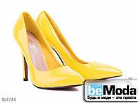 Оригинальные женские туфли Violeta Yellow из искусственного лака с острым носком желтые