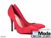 Стильные женские замшевые туфли Violeta Red классического фасона с острым носком на каблуке красные