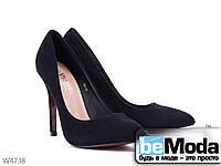 Стильные женские замшевые туфли Violeta Black классического фасона с острым носком на каблуке  черные