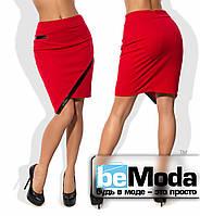 Модная женская короткая юбка из крепдайвинга  с ассиметрией по краю низа и вставками из экокожи красная