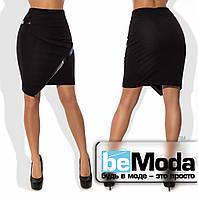 Модная женская короткая юбка из крепдайвинга  с ассиметрией по краю низа и вставками из экокожи черная