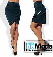 Модная женская короткая юбка из крепдайвинга  с ассиметрией по краю низа и вставками из экокожи зеленая