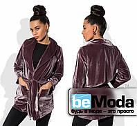 Модный женский удлиненный пиджак из бархата с накладными карманами сиреневый