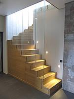 Деревянная лестница с  элементами из стекла