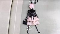 Ожерелье колье девушка-модница с розовым платьем на цепочке