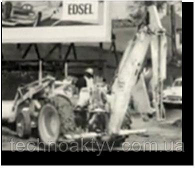 1957 CASE ВЫПУСКАЕТ ПЕРВЫЙ ЭКСКАВАТОР-ПОГРУЗЧИК ЗАВОДСКОГО ИЗГОТОВЛЕНИЯ Компания Case представила эпохальную модель Case 320, первый в отрасли экскаватор-погрузчик, полностью произведенный на одном заводе.