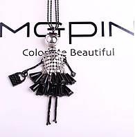 Колье ожерелье на длинной цепочке девушка-модница черное платье стиль