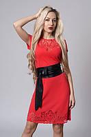 Красное женское платье с черным широким поясом