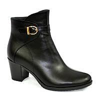 Кожаные женские демисезонные ботинки на невысоком каблуке, декорированы ремешком, фото 1