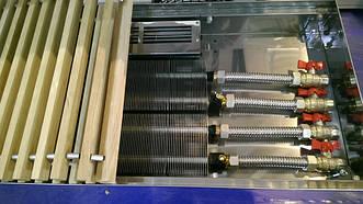 Так выглядит внутрипольный конвектор с двумя теплообменниками и вентилятором переменного тока. Он относится к приборам усиленной мощности. Тепловая мощность намного больше, чем у конвекторов без вентиляторов.