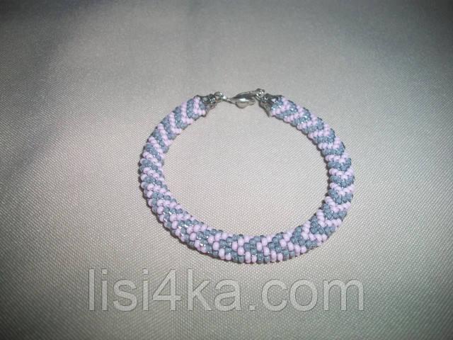 Узорный серо-розовый браслет-жгут из бисера