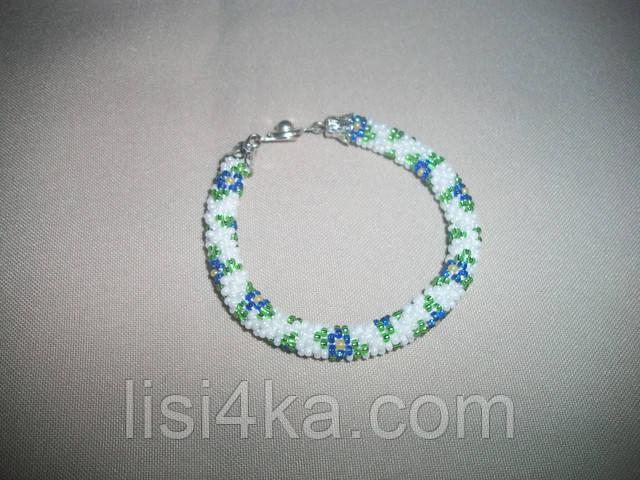 Узорный белый браслет-жгут из бисера с голубыми цветами