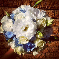 Букет невесты из голубой гортензии, эустомы и розы