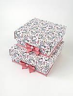 Маленькие квадратные подарочные коробки ручной работы белого цвета с велосипедами