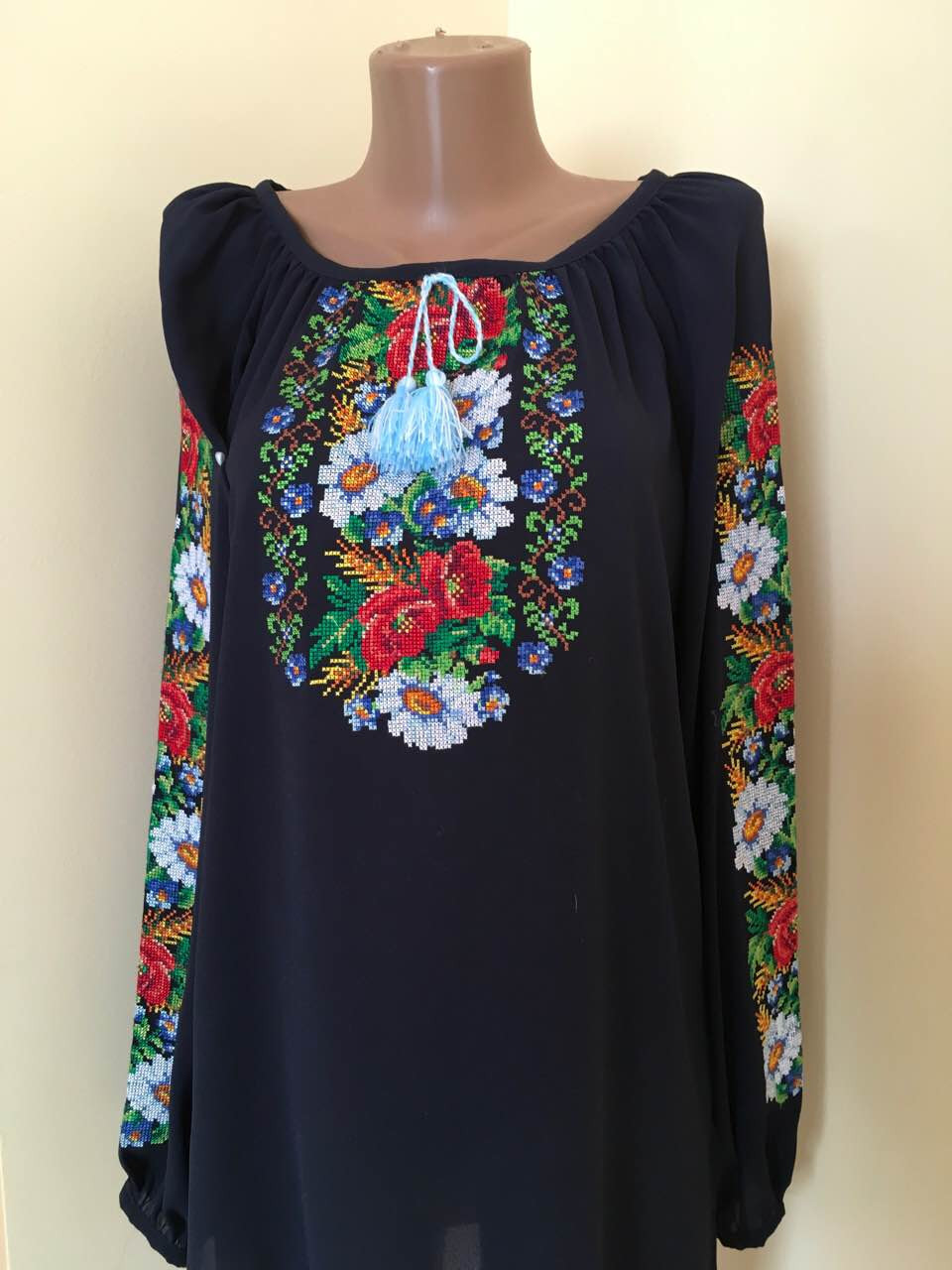 Вишиванка жіноча з квітковим орнаментом машинна вишивка  продажа ... a0bd8f1ec1478
