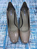 Бежевые лакированные туфли на толстом каблуке GEOX
