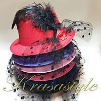 Шляпа с перышком и бантом на уточках (13см диаметр)