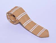 Горчичный вязанный галстук в белую полоску