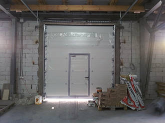 Гаражные секционные ворота Дорхан с встроенной калиткой. Подъемные ворота с низким типом монтажа/