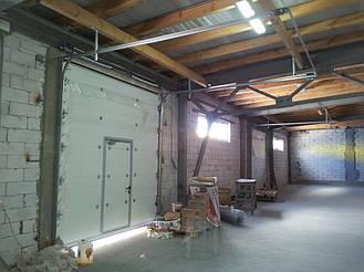 Промышленные подъемные ворота Doorhan секционного типа с низким типом монтажа и встроенной калиткой