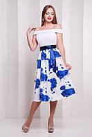 Платье лодочка с юбкой ниже колена в синие цветы