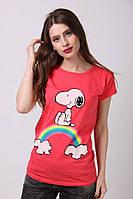 Яркая футболка с радугой