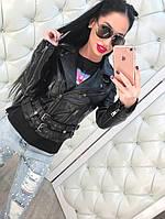 Стильная женская кожаная куртка-косуха на диагональной молнии, эко кожа, внизу ремешки. Цвет черный