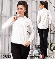 Элегантная блуза с накладным карманом на груди.