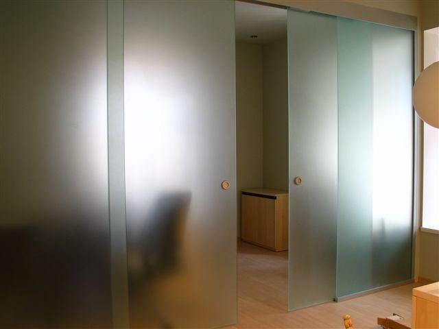 Двойные раздвижные дверь с двумя глухими частями