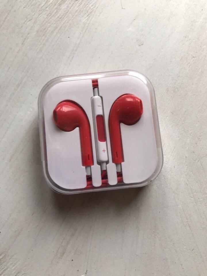 Наушники Apple EarPods красного цвета