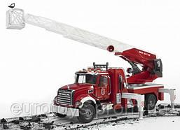 Игрушка Bruder Пожарная машина MACK с выдвижной лестницей и помпой  1:16 (02821)