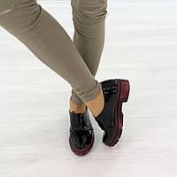 Туфли на низком ходу на шнуровке черного цвета