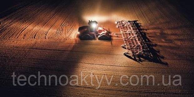 Комплекты освещения для разных работ КОМПЛЕКТ РАЗРЯДНЫХ ЛАМП ВЫСОКОЙ ИНТЕНСИВНОСТИ (HID) 360˚ — дополнительные разрядные лампы высокой интенсивности – освещение на расстоянии до 100 м для работы в темноте с возможностью регулировки освещаемой области.  До 8 галогенных фар рабочего освещения с разрядными лампами высокой интенсивности. Срок службы ламп составляет 6000 часов, что снижает стоимость замены.  ПОЛНОЕ ОСВЕЩЕНИЕ СПЕРЕДИ И ЧАСТИЧНОЕ ОСВЕЩЕНИЕ СЗАДИ. Чтобы полностью осветить область спереди трактора и обеспечить достаточное освещение сзади, выберите комплект из 4 передних разрядных ламп высокой интенсивности и двух задних разрядных ламп высокой интенсивности.  КОМПЛЕКТ РАЗРЯДНЫХ ЛАМП ВЫСОКОЙ ИНТЕНСИВНОСТИ СПЕРЕДИ И СТАНДАРТНЫХ ЛАМП СЗАДИ. Чтобы улучшить освещенность области спереди трактора, в передней части устанавливается одна разрядная лампа высокой интенсивности. Сзади устанавливаются стандартные галогенные лампы.  СТАНДАРТ. Стандартный комплект освещения состоит из 15 фар рабочего освещения с галогенными лампами, установленных на переднем бампере, в передней и задней части крыши кабины, на задних крыльях.