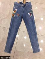 Стильные женские джинсы прилегающего фасона со средней посадкой и вышивкой батал Турция