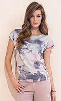 Женская летняя блузка серого цвета с рисунком, коротким рукавом. Модель Frezja Zaps, коллекция весна-лето 2017