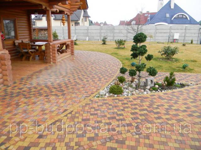 Красиві і доглянуті доріжки на дачі та на присадибній ділянці заміського будинку