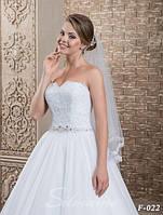 Деликатная свадебная фата, украшенная кружевом