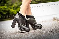 Ботинки в черной коже сверху отделка в виде воротничка в черной замше на высоком и устойчивом каблуке, Б-1661 Новинка! Б-1661
