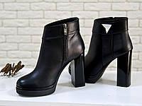 Ботинки в черной коже сверху отделка в виде кожаного ремешка с металлической фурнитурой на высоком и устойчивом каблуке, Б-1662 Новинка!г.
