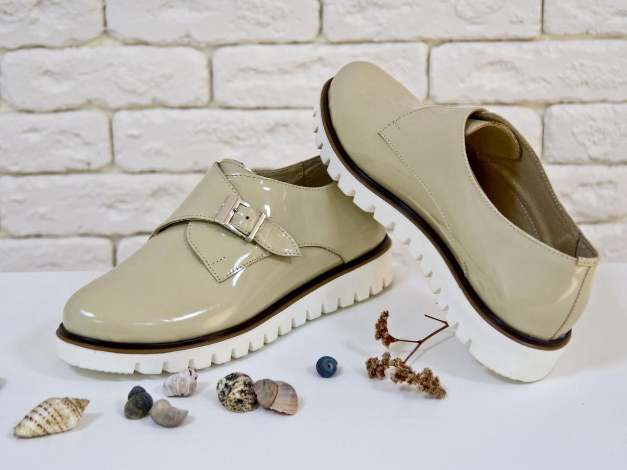 Туфли из натуральной лаковой кожи бежевого цвета с металлической пряжкой на низком ходу 36-41р