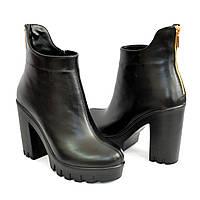 Ботинки кожаные женские демисезонные на высоком каблуке, декорированы молнией