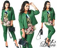 Зеленый  брючный костюм тройка, батал, блузка с принтом. Арт-2099/21