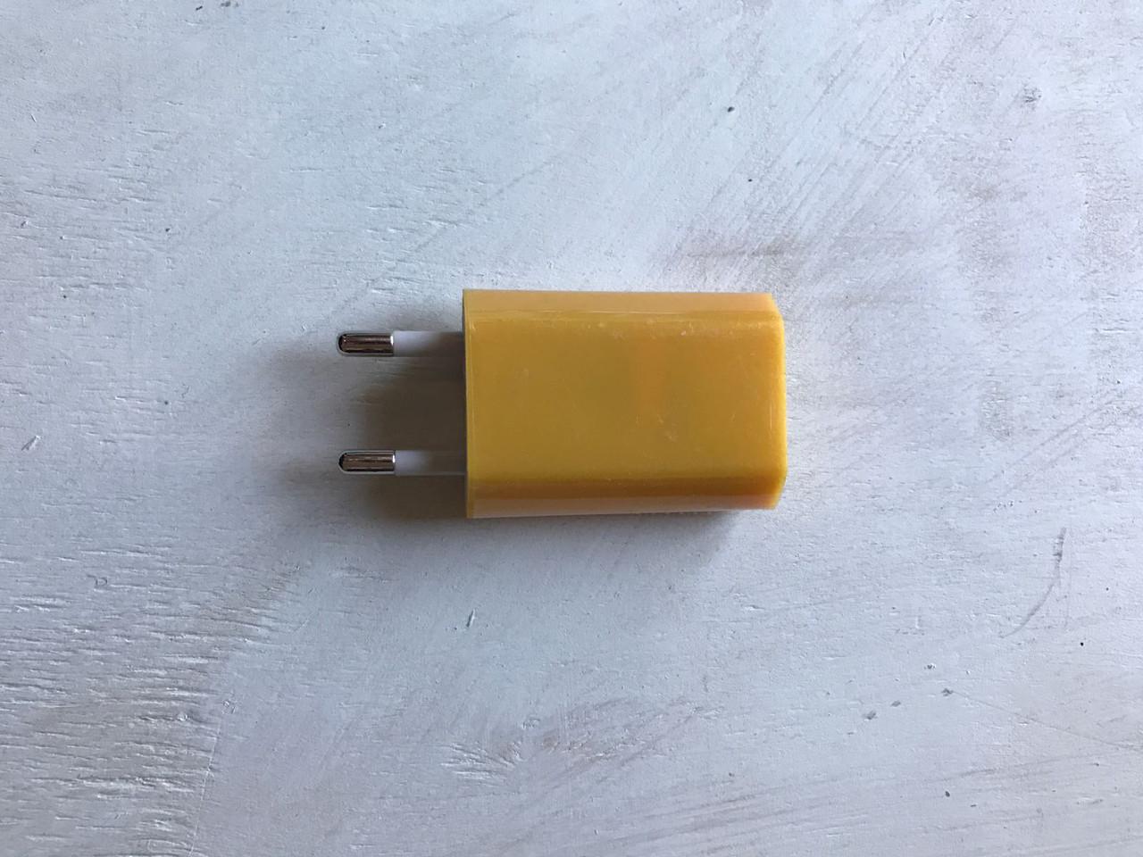 USB адаптер (переходник) для розетки 5V/1.5A жёлтого цвета